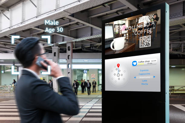Intelligente Digital Signage, Augmented Reality Marketing und Gesicht Anerkennung Konzept. Interaktive künstliche Intelligenz digitale Werbung Navigator Richtung für Einzelhandel Coffee Shop. – Foto