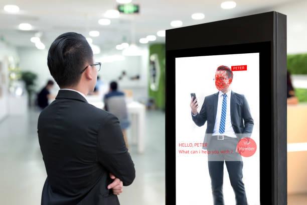 Señalización Digital inteligente, reconocimiento de cara y marketing de realidad aumentada detectar el concepto de miembro vip. Inteligencia artificial interactivo publicidad digital en el espacio de trabajo de co. - foto de stock