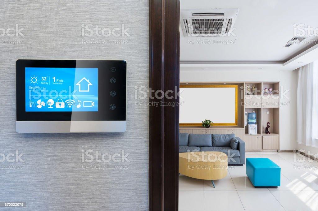 intelligenter Bildschirm mit smart Home in moderne Wohnzimmer – Foto