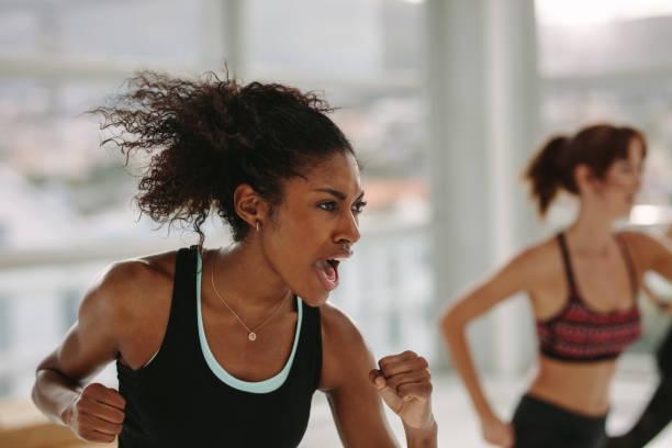 intensiven fitness-training im fitness-studio - hard to concentrate stock-fotos und bilder