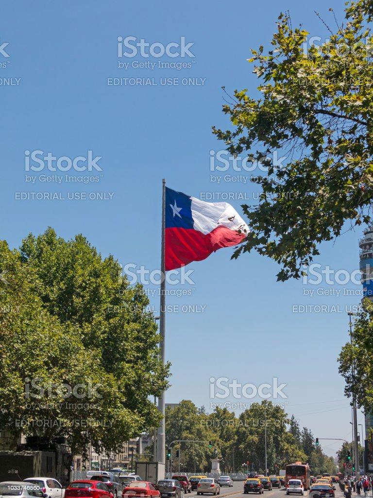 Tráfego intenso na Avenida La Alameda, em Santiago do Chile, a rua mais importante. No fundo, a bandeira da Praça da cidadania - foto de acervo