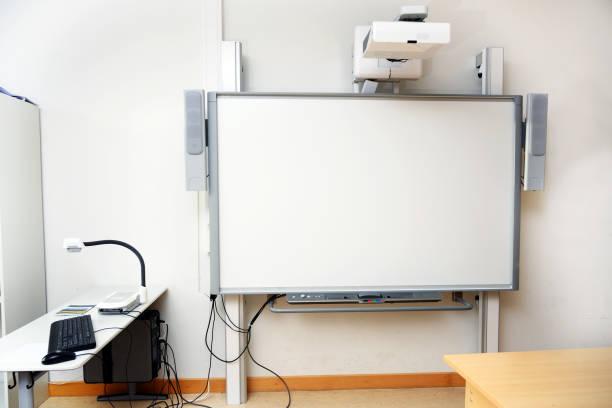 interaktives whiteboard mit beamer als moderne schultafel im klassenzimmer, kopierraum - tageslichtbeamer stock-fotos und bilder