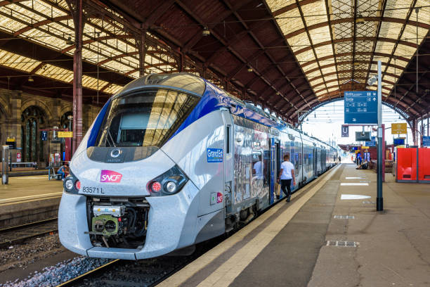 Un train interurbain TER dans la gare SNCF de Strasbourg, France. - Photo