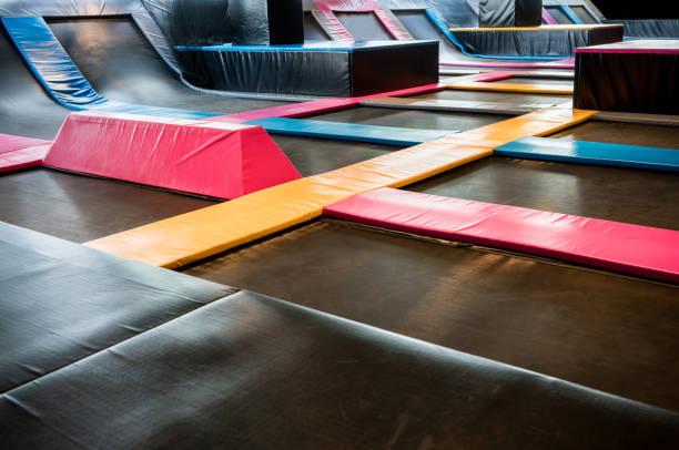 interconectados los trampolines de salto interior - trampolín artículos deportivos fotografías e imágenes de stock