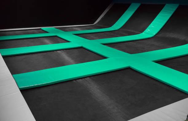 interconectados los trampolines para saltar interior. - trampolín artículos deportivos fotografías e imágenes de stock