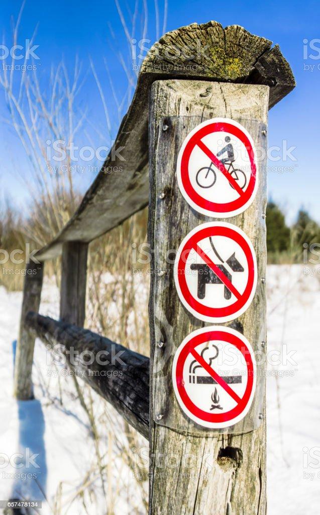 Interdit aux cyclistes, interdit de fumer, interdit aux chiens stock photo