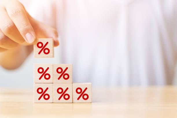 Zins- und Hypothekarzinskonzept. Hand setzen Holzwürfel Block erhöhung auf der Oberseite mit Symbol Prozent Symbol nach oben Richtung – Foto