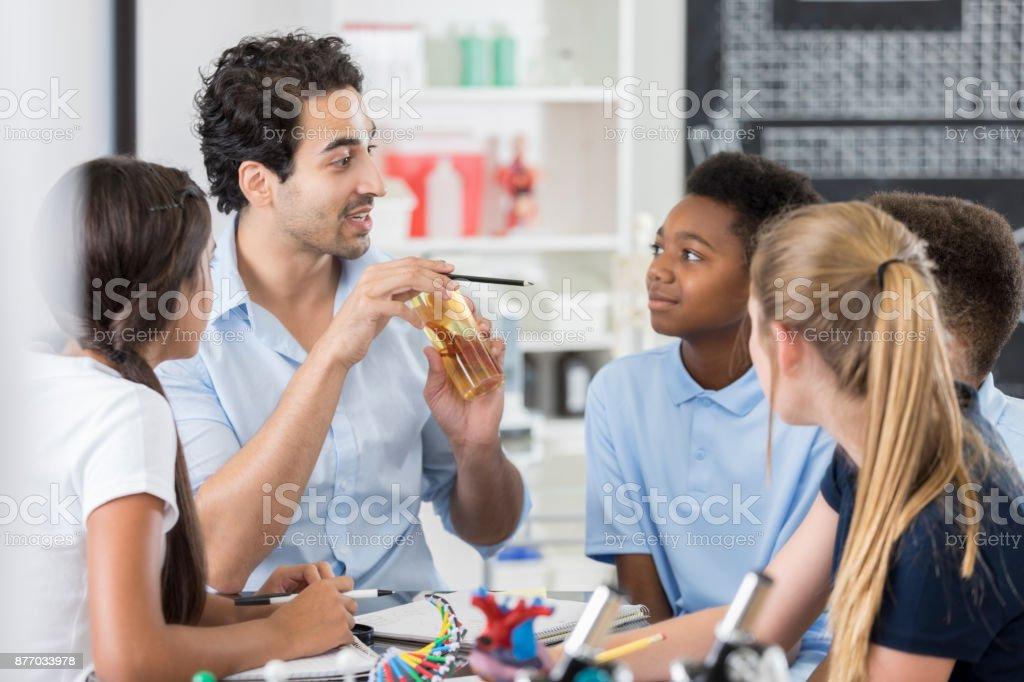 Alunos da escola interessados na aula de biologia - foto de acervo