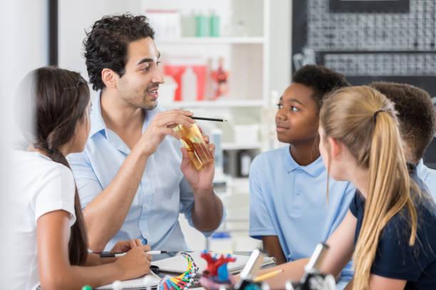 生物学の授業に興味のある中学生 - 理科の授業 ストックフォトと画像