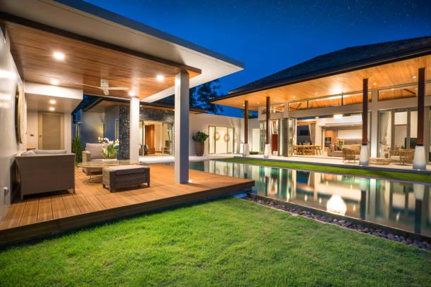 interieur en exterieur ontwerp van zwembadvilla met zwembad van het huis of woningbouw - garden house stockfoto's en -beelden