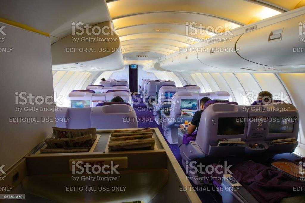 Cubierta superior del camarote interior negocios Boeing 747-400 clase de Thai Airways en el aeropuerto internacional Suvarnabhumi - foto de stock