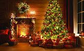 インテリアクリスマス。魔法の輝く木、暖炉、暗闇の中の贈り物