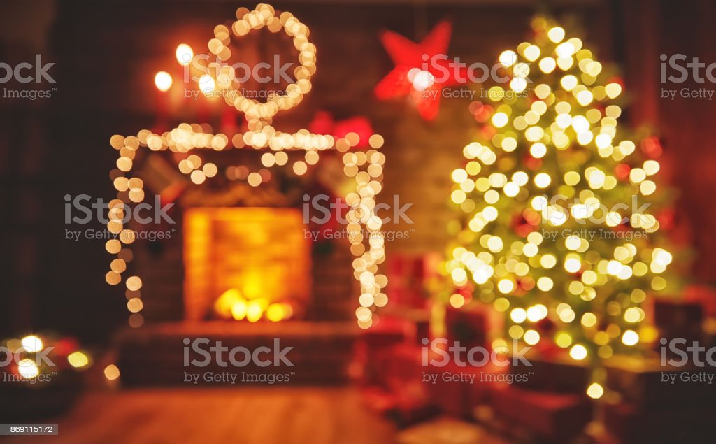 interior christmas. magic glowing tree, fireplace gifts in  dark - Стоковые фото Атмосфера - Понятия роялти-фри