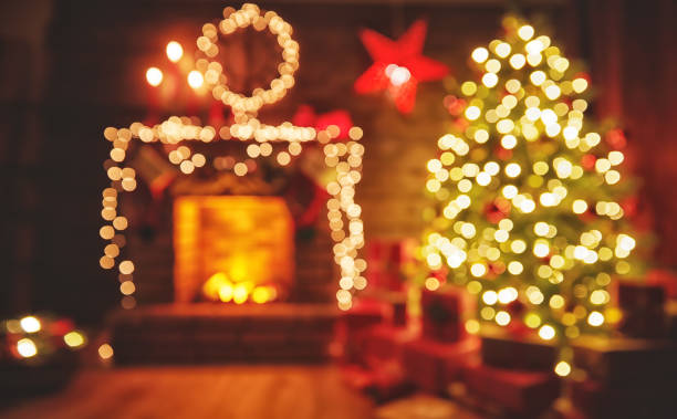 inneren weihnachten. magische leuchtenden baum, kamin geschenke in dunkelheit - kamin wohnzimmer stock-fotos und bilder