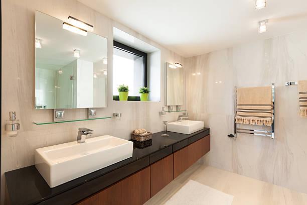 einrichtung, komfortable badezimmer - sanitäreinrichtung stock-fotos und bilder