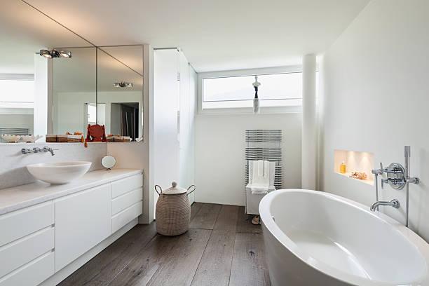 einrichtung, komfortable badezimmer  - badewanne holz stock-fotos und bilder