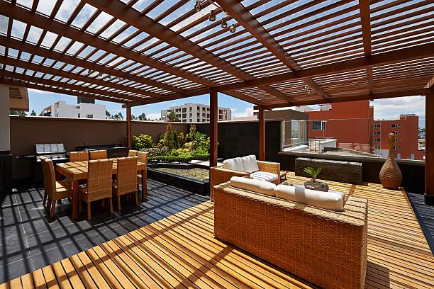 """interior design: schöne terrasse lounge mit restaurant """"pergola"""" - outdoor esszimmer stock-fotos und bilder"""