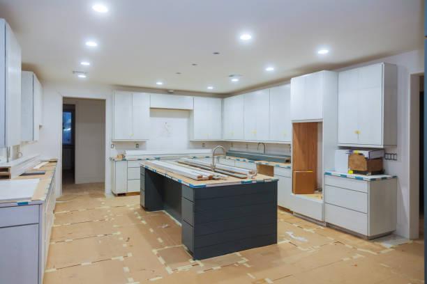 inredning byggandet av ett kök med möbelsnickare installera custom - husutbyggnad bildbanksfoton och bilder