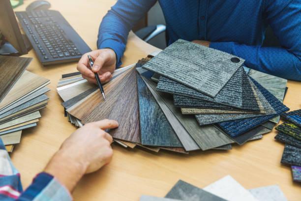 inredningsdesign-kunden väljer golvmaterial från prov på golv verkstad - golv bildbanksfoton och bilder
