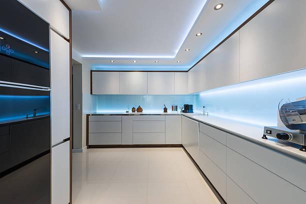 innenraum gestaltung moderne weiße küche sauber - französisches haus dekor stock-fotos und bilder