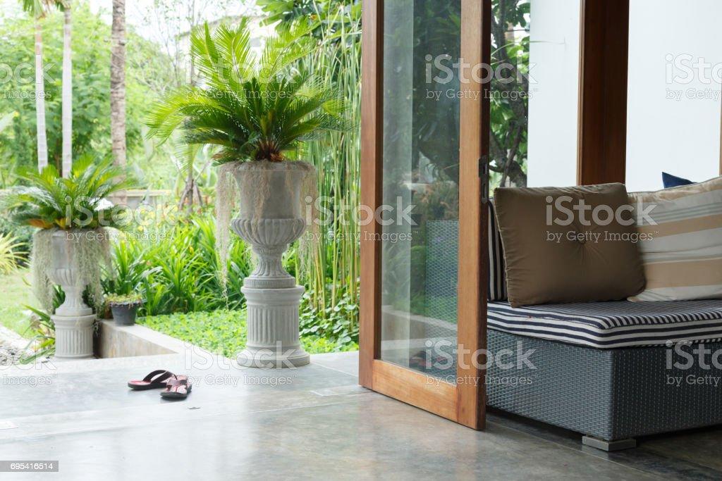 Diseño De Interiores Muebles Sofá En Salón Con Jardín Natural Fuera ...