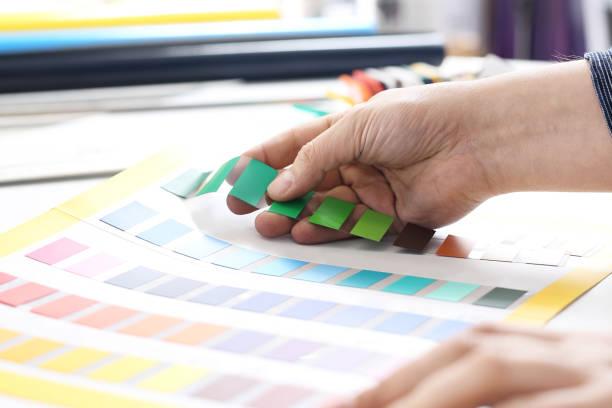 Interior Design. Der Architekt passt die Farbe des Lackes – Foto