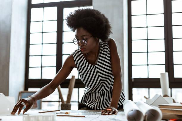 Innenarchitekt trägt gestreifte Bluse hart arbeiten – Foto