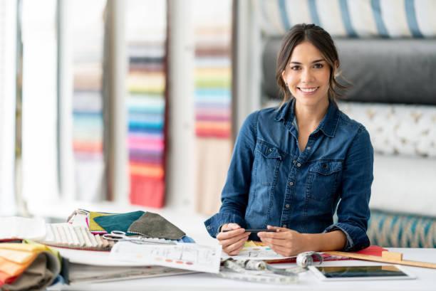 interieur ontwerper werken tijdens haar workshop kiezen van stoffen - interior design stockfoto's en -beelden