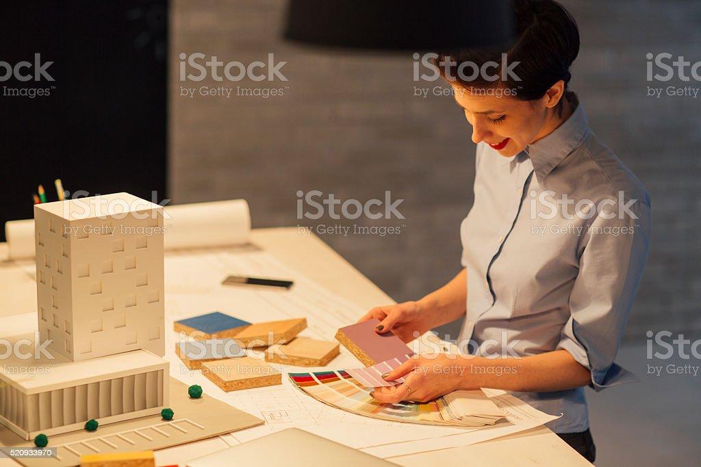 Innenarchitekt Arbeiten spät In Ihrem Büro. – Foto