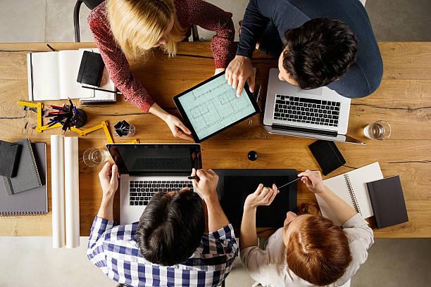 interior designer sul posto di lavoro - business meeting, table view from above foto e immagini stock