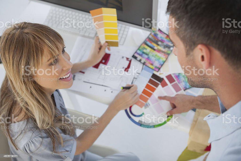 Interior designers travaillant ensemble - Photo