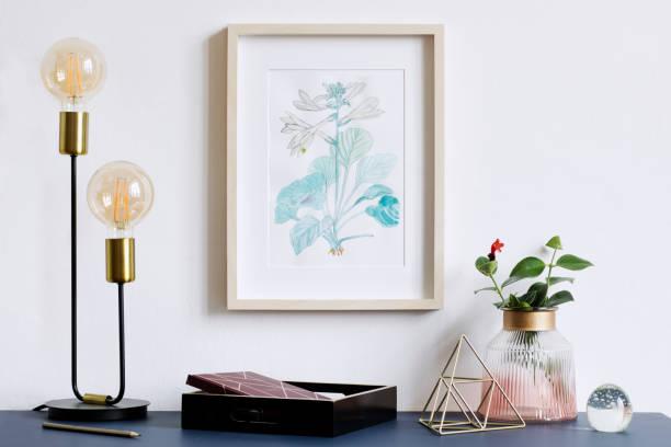 intérieur affiche floral mock up avec armature en bois vertical, lampe de table, accessoires et fleurs dans un vase sur le fond de mur blanc. concept avec étagère bleu marine. - camera sculpture photos et images de collection