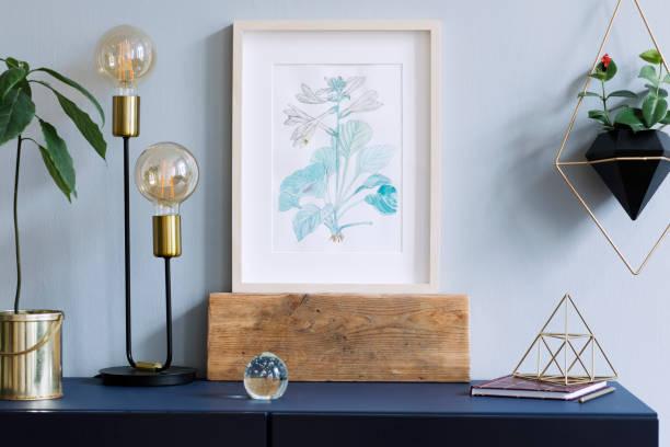 intérieur affiche floral mock up avec armature en bois vertical, lampe de table, plante avocat, accessoires et suspendus de plantes en pot géométrique sur le fond du mur gris. concept avec étagère bleu marine. - camera sculpture photos et images de collection