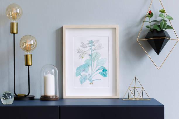 intérieur affiche floral mock up avec armature en bois vertical, lampe de table, accessoires et plantes suspendues en pot géométrique sur le fond du mur gris. concept avec étagère bleu marine. - camera sculpture photos et images de collection