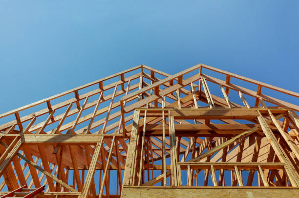 inquadratura interna di una nuova casa in costruzione - intelaiatura foto e immagini stock