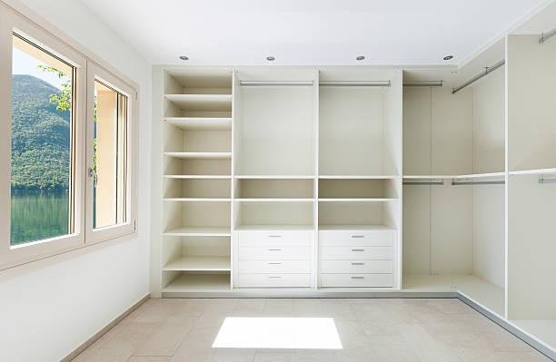 innen house, garderobe - offene regale stock-fotos und bilder