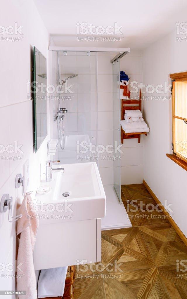 Interieur In Modernem Weißen Badezimmer Mit Holzdesign ...