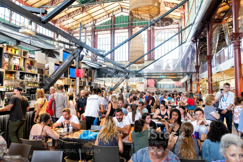 f3008f2a3afe Interior, dentro, interior de Firenze Centrale Mercato, mercado central,  con multitud de