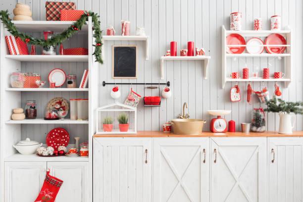 innen leicht graue küche und rote weihnachts-dekor. mittagessen zu hause auf das küchenkonzept vorbereiten. - landküche stock-fotos und bilder