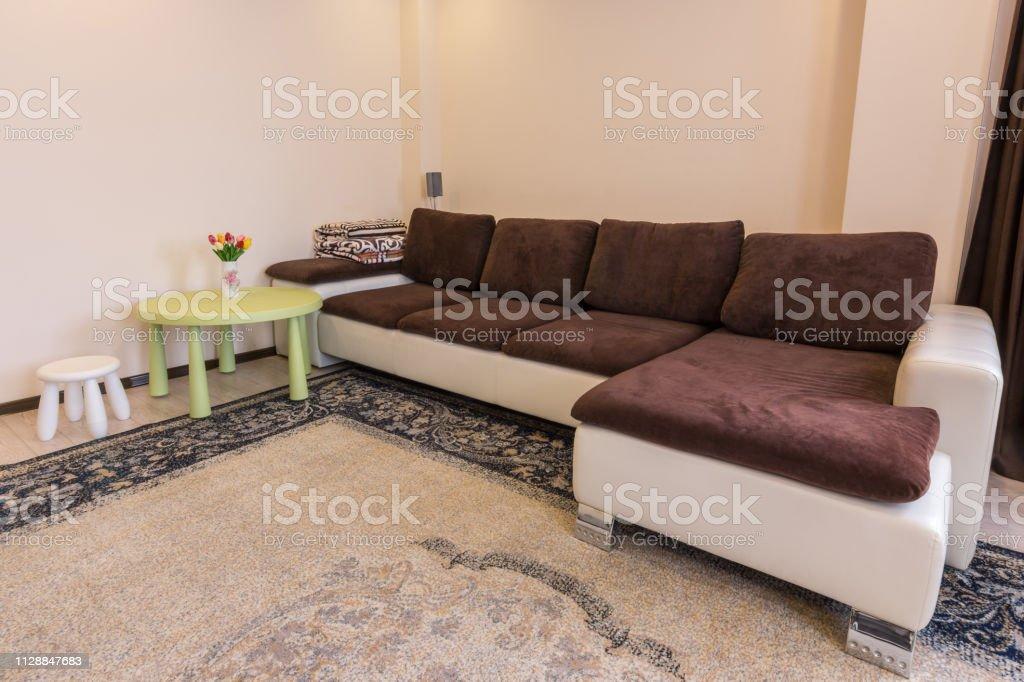 Innenraum Wohnzimmer Großes Sofatisch Und Hocker Stockfoto