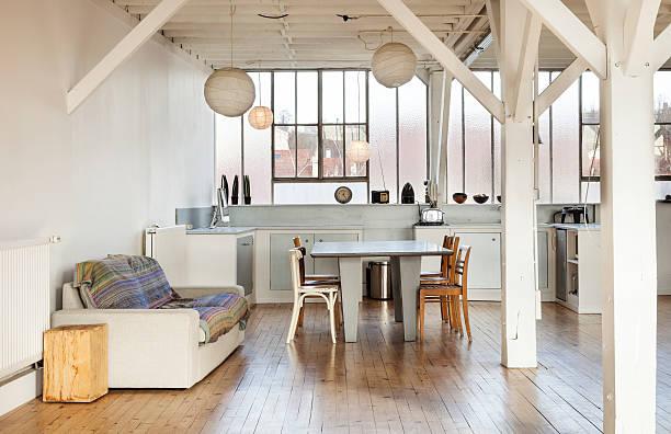 Innenraum loft in Paris, Küche und Blick auf – Foto