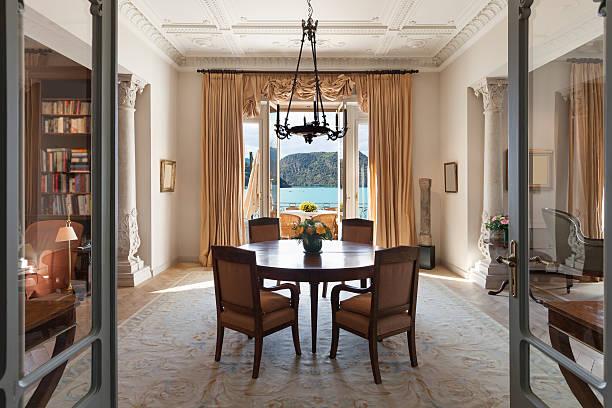 innen luxus-wohnzimmer - alten kronleuchter stock-fotos und bilder