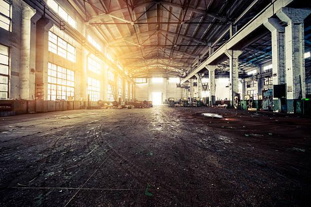 innenraum eines alten fabrik - schlechte laune sprüche stock-fotos und bilder