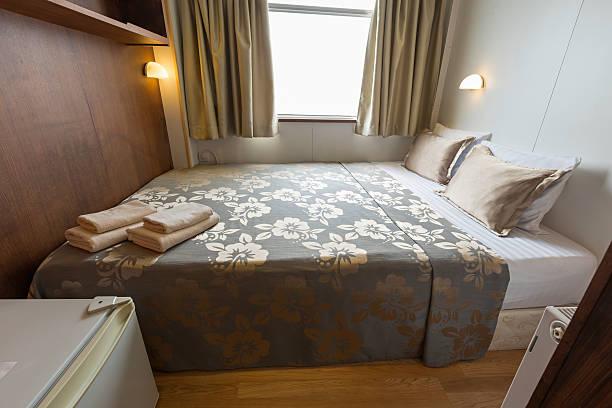 innenraum einer kabine schlafzimmer in kreuzfahrtschiff hotel - nautisches schlafzimmer stock-fotos und bilder
