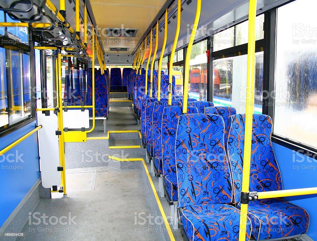 Interior de un autobús de la ciudad - foto de stock