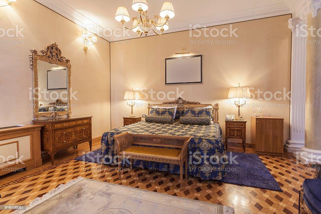 Interno di una camera da letto in stile classico con - Camera da letto stile classico ...