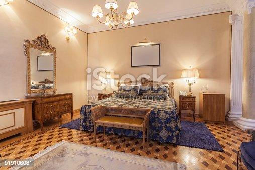 Interno di una camera da letto in stile classico con for Camera da letto stile classico