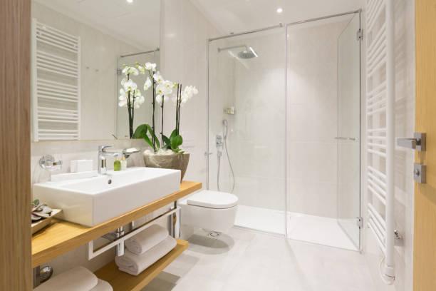 interior de um banheiro de hotel - banheiro instalação doméstica - fotografias e filmes do acervo