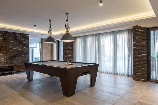 innenraum eines luxuriösen living room mit billardtisch - moderner dekor für ferienhaus stock-fotos und bilder
