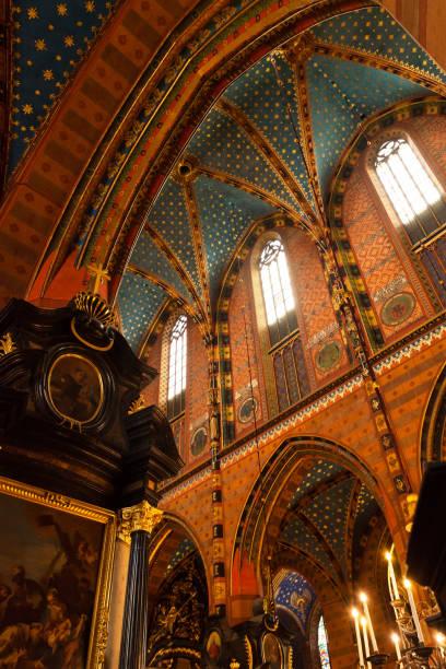 innenraum einer mittelalterlichen gotischen st. marys kirche in krakau - la union stock-fotos und bilder